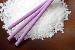 背景浴淡紫色盐海运停留木头 免版税图库摄影