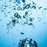 背景浴蓝色泡影水 库存照片