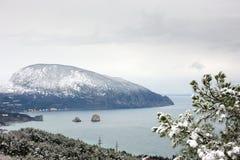 背景海湾多雪山的海运 免版税图库摄影