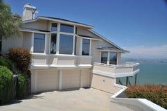 背景海湾房子反射的视窗 库存照片