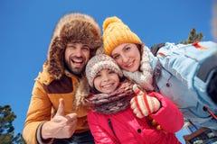 背景海滩异乎寻常的做的海洋沙子雪人热带假期白色冬天 户外一起采取selfie shhowing的赞许微笑的暴牙的底视图的家庭时间 库存照片