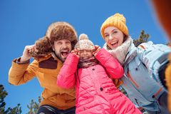 背景海滩异乎寻常的做的海洋沙子雪人热带假期白色冬天 户外一起采取selfie的家庭时间拿着笑激动的底视图特写镜头的帽子 库存图片