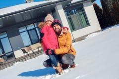 背景海滩异乎寻常的做的海洋沙子雪人热带假期白色冬天 户外一起家庭拥抱女儿微笑的时间父亲快乐 库存照片