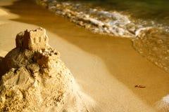 背景海滩沙堡海运 免版税库存照片