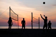 背景海滩查出的排球白色 图库摄影