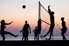 背景海滩查出的排球白色 免版税库存照片