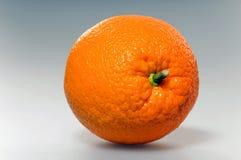 背景灰色水多的桔子 免版税图库摄影