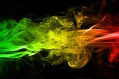 背景烟曲线和波浪雷鬼摇摆乐上色绿色,黄色,在雷鬼摇摆乐音乐旗子红颜色  库存图片