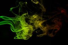 背景烟曲线和波浪雷鬼摇摆乐上色绿色,黄色,在雷鬼摇摆乐音乐旗子红颜色  免版税库存照片