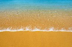 背景热带海滩的海浪 免版税图库摄影