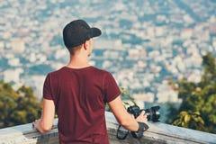 背景照相机查出的摄影师空白年轻人 图库摄影