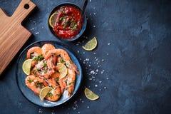 背景煮熟的虾 免版税库存照片