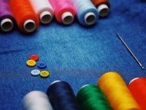 背景牛仔裤织品,螺纹,与螺纹,五颜六色的背景的针 概念缝合的事务,企业织品,缝合的工作 库存图片