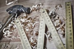 背景特写镜头少量金属螺丝用工具加工空白工作 图库摄影