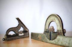 背景特写镜头少量金属螺丝用工具加工空白工作 免版税图库摄影