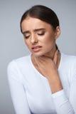 背景现有量查出在安排病的喉咙痛白人妇女 遭受痛苦,痛苦吞下的病的妇女 库存照片