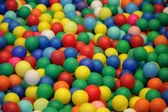 背景球五颜六色的塑料 库存照片