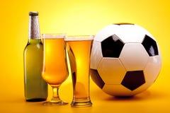 背景球啤酒黄色 免版税库存照片