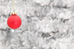 背景球在红色发光的圣诞节装饰品 免版税库存图片