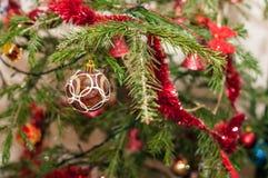背景球明亮的圣诞节装饰结构树白色 免版税库存图片