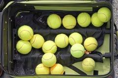 背景球鲜绿色的同类的位置更多一网球 免版税库存图片