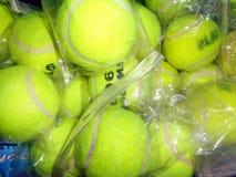 背景球鲜绿色的同类的位置更多一网球 库存照片