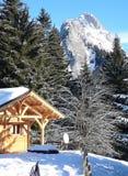 背景瑞士山中的牧人小屋法语山 免版税库存图片