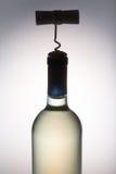 背景瓶拔塞螺旋查出的白葡萄酒 免版税库存图片