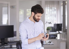 背景生意人查出的纵向空白年轻人 免版税图库摄影