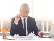 背景生意人英俊的查出的成熟超出白色 免版税库存照片