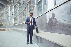 背景生意人移动电话白色 库存图片