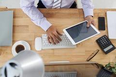 背景生意人移动电话膝上型计算机空白工作 免版税库存照片
