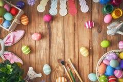 背景用五颜六色的鸡蛋 免版税库存图片