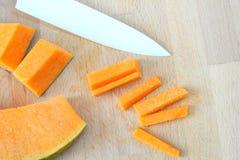 背景用南瓜和陶瓷刀子,顶视图 免版税图库摄影