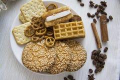背景用各种各样的曲奇饼和芳香成份06 免版税库存照片