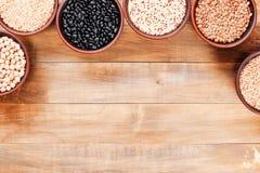 背景用在碗的健康各种各样的谷物在木头 免版税库存照片