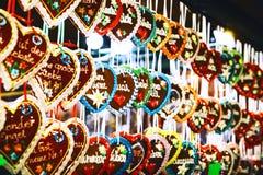 背景用姜饼在圣诞节市场上 图库摄影