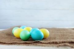 背景用招呼的鸡蛋 复活节快乐的概念 库存照片