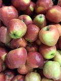 背景用新鲜的红色苹果 免版税库存图片
