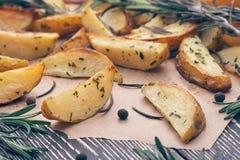 背景用被烘烤的土豆用迷迭香 免版税库存图片