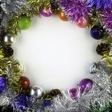 背景由圣诞节球和闪亮金属片制成 免版税图库摄影