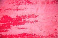 背景由老胶合板制成,绘在明亮的红色在有些地方油漆剥落和污点 免版税图库摄影