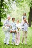 背景男孩拥抱的系列父亲女孩他的小人母亲公园池塘妻子 免版税图库摄影