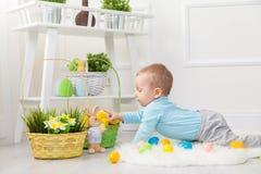 背景男孩逗人喜爱的复活节彩蛋蛋新草绿色隐藏的搜索查出搜索白色 在家使用用复活节彩蛋的可爱的孩子 免版税库存照片