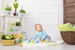 背景男孩逗人喜爱的复活节彩蛋蛋新草绿色隐藏的搜索查出搜索白色 在家使用用复活节彩蛋的可爱的孩子 免版税库存图片