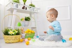 背景男孩逗人喜爱的复活节彩蛋蛋新草绿色隐藏的搜索查出搜索白色 在家使用用复活节彩蛋的可爱的孩子 库存照片