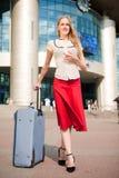 背景白肤金发的岗位妇女年轻人 免版税图库摄影