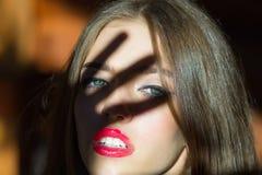 背景白肤金发的方式头发嘴唇红色肉欲的射击白人妇女年轻人 免版税图库摄影