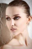 背景白肤金发的方式头发嘴唇红色肉欲的射击白人妇女年轻人 库存照片