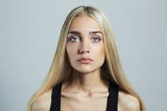 背景白肤金发的蓝眼睛highkey射击了工作室白人妇女年轻人 美丽的女孩 免版税库存图片